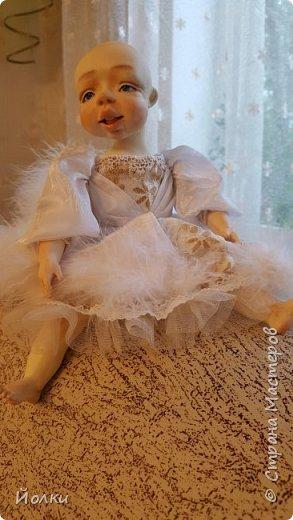 Здравствуйте, соседи.  Познакомлю вас: кукла подвижная будуарная Ангел Вася - Василинка. Озорная шаловливая малышка. Выполнена из самозатвердевайки (паперклей) - головушка, ручки, ножки. Тело на каркасе текстильное. В шейке шарнир, в попе - гранулят. Волосы - коза натуральная уральская обыкновенная. Роспись - акрил, пастель. Закреплена фиксативом Сонет. Наряд - фатин, жаккард, органза, кружево и... забыла ((( Ой, да лебяжий пух же! фото 10