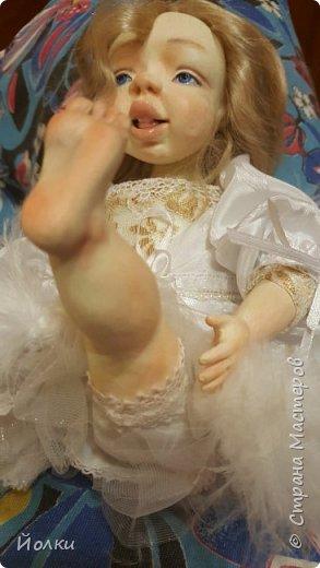 Здравствуйте, соседи.  Познакомлю вас: кукла подвижная будуарная Ангел Вася - Василинка. Озорная шаловливая малышка. Выполнена из самозатвердевайки (паперклей) - головушка, ручки, ножки. Тело на каркасе текстильное. В шейке шарнир, в попе - гранулят. Волосы - коза натуральная уральская обыкновенная. Роспись - акрил, пастель. Закреплена фиксативом Сонет. Наряд - фатин, жаккард, органза, кружево и... забыла ((( Ой, да лебяжий пух же! фото 9