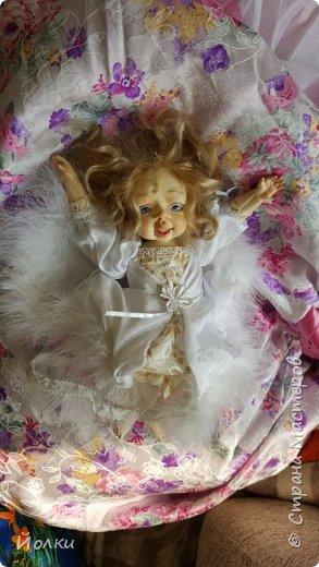Здравствуйте, соседи.  Познакомлю вас: кукла подвижная будуарная Ангел Вася - Василинка. Озорная шаловливая малышка. Выполнена из самозатвердевайки (паперклей) - головушка, ручки, ножки. Тело на каркасе текстильное. В шейке шарнир, в попе - гранулят. Волосы - коза натуральная уральская обыкновенная. Роспись - акрил, пастель. Закреплена фиксативом Сонет. Наряд - фатин, жаккард, органза, кружево и... забыла ((( Ой, да лебяжий пух же! фото 8