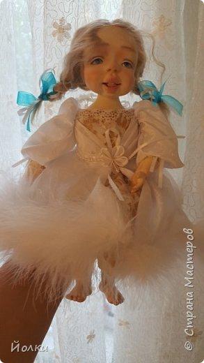 Здравствуйте, соседи.  Познакомлю вас: кукла подвижная будуарная Ангел Вася - Василинка. Озорная шаловливая малышка. Выполнена из самозатвердевайки (паперклей) - головушка, ручки, ножки. Тело на каркасе текстильное. В шейке шарнир, в попе - гранулят. Волосы - коза натуральная уральская обыкновенная. Роспись - акрил, пастель. Закреплена фиксативом Сонет. Наряд - фатин, жаккард, органза, кружево и... забыла ((( Ой, да лебяжий пух же! фото 7