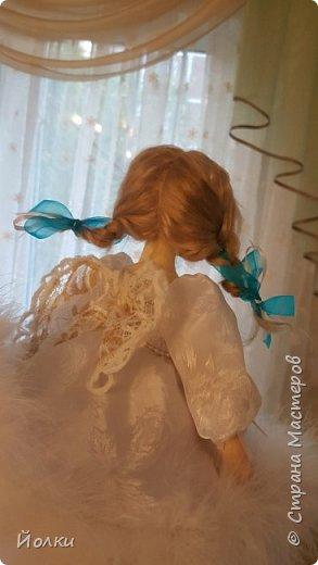 Здравствуйте, соседи.  Познакомлю вас: кукла подвижная будуарная Ангел Вася - Василинка. Озорная шаловливая малышка. Выполнена из самозатвердевайки (паперклей) - головушка, ручки, ножки. Тело на каркасе текстильное. В шейке шарнир, в попе - гранулят. Волосы - коза натуральная уральская обыкновенная. Роспись - акрил, пастель. Закреплена фиксативом Сонет. Наряд - фатин, жаккард, органза, кружево и... забыла ((( Ой, да лебяжий пух же! фото 3