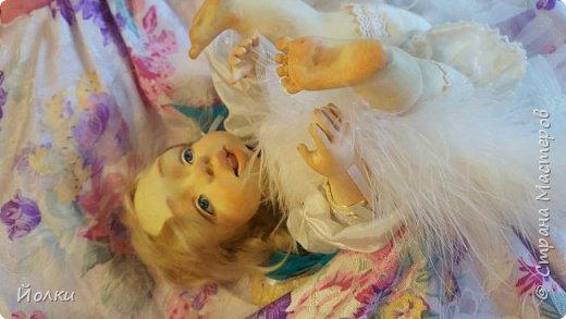 Здравствуйте, соседи.  Познакомлю вас: кукла подвижная будуарная Ангел Вася - Василинка. Озорная шаловливая малышка. Выполнена из самозатвердевайки (паперклей) - головушка, ручки, ножки. Тело на каркасе текстильное. В шейке шарнир, в попе - гранулят. Волосы - коза натуральная уральская обыкновенная. Роспись - акрил, пастель. Закреплена фиксативом Сонет. Наряд - фатин, жаккард, органза, кружево и... забыла ((( Ой, да лебяжий пух же! фото 4
