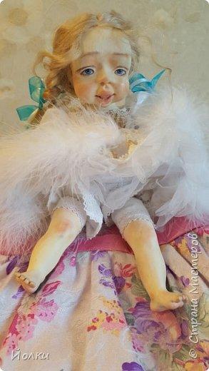 Здравствуйте, соседи.  Познакомлю вас: кукла подвижная будуарная Ангел Вася - Василинка. Озорная шаловливая малышка. Выполнена из самозатвердевайки (паперклей) - головушка, ручки, ножки. Тело на каркасе текстильное. В шейке шарнир, в попе - гранулят. Волосы - коза натуральная уральская обыкновенная. Роспись - акрил, пастель. Закреплена фиксативом Сонет. Наряд - фатин, жаккард, органза, кружево и... забыла ((( Ой, да лебяжий пух же! фото 5