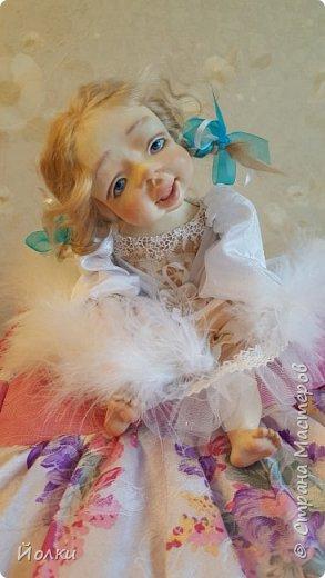 Здравствуйте, соседи.  Познакомлю вас: кукла подвижная будуарная Ангел Вася - Василинка. Озорная шаловливая малышка. Выполнена из самозатвердевайки (паперклей) - головушка, ручки, ножки. Тело на каркасе текстильное. В шейке шарнир, в попе - гранулят. Волосы - коза натуральная уральская обыкновенная. Роспись - акрил, пастель. Закреплена фиксативом Сонет. Наряд - фатин, жаккард, органза, кружево и... забыла ((( Ой, да лебяжий пух же! фото 1