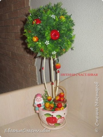 """""""Фруктовый сад"""" -использованы искусственные фрукты- виноград, яблоки нескольких видов и , сахарные ягодки, груша, флор зелень, металлический декор, керамическая подставка, искусственный мох, декор лягушка, б/коровка фото 5"""
