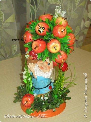 """""""Фруктовый сад"""" -использованы искусственные фрукты- виноград, яблоки нескольких видов и , сахарные ягодки, груша, флор зелень, металлический декор, керамическая подставка, искусственный мох, декор лягушка, б/коровка фото 4"""