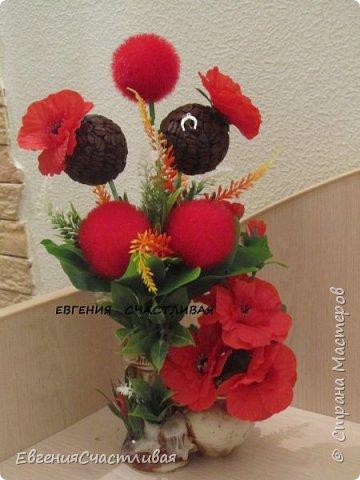 """""""МАКОВКА""""- использованы натуральные кофейные зерна, искусственные цветы-  маки, флор зелень, металлический декор-подкова, керамическая подставка, декоративные шары фото 1"""