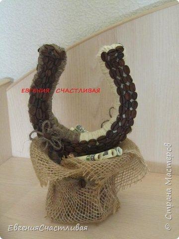 """""""МАКОВКА""""- использованы натуральные кофейные зерна, искусственные цветы-  маки, флор зелень, металлический декор-подкова, керамическая подставка, декоративные шары фото 6"""
