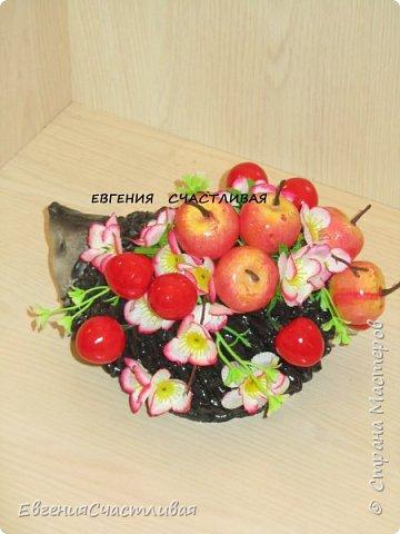 """""""Фруктовый сад"""" -использованы искусственные фрукты- виноград, яблоки нескольких видов и , сахарные ягодки, груша, флор зелень, металлический декор, керамическая подставка, искусственный мох, декор лягушка, б/коровка фото 7"""