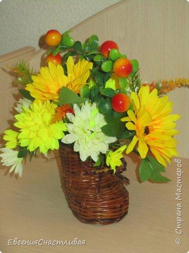 """""""Осенний день - """"в изготовлении работы использованы искусственные фрукты - виноград, флористическая зелень, искусственные цветы астры, маргаритки, металлический декор-часы, керамический домик, сухоцвет-лагурус фото 4"""