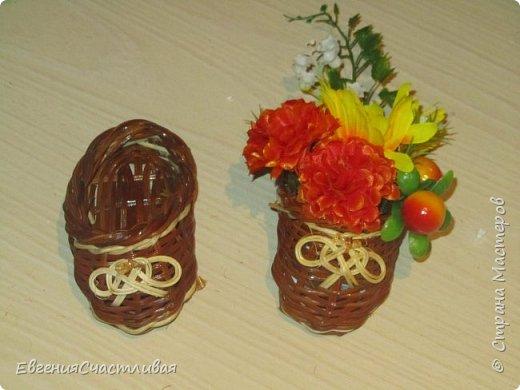 """""""Осенний день - """"в изготовлении работы использованы искусственные фрукты - виноград, флористическая зелень, искусственные цветы астры, маргаритки, металлический декор-часы, керамический домик, сухоцвет-лагурус фото 5"""