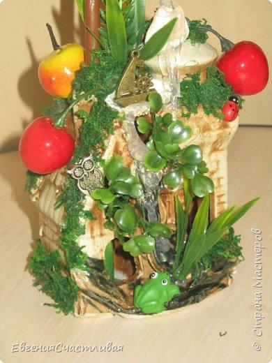 """""""Фруктовый сад"""" -использованы искусственные фрукты- виноград, яблоки нескольких видов и , сахарные ягодки, груша, флор зелень, металлический декор, керамическая подставка, искусственный мох, декор лягушка, б/коровка фото 3"""