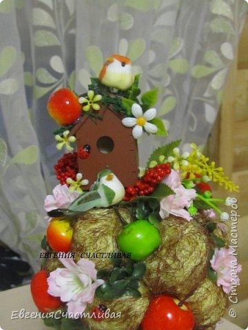 """""""Фруктовый сад"""" -использованы искусственные фрукты- виноград, яблоки нескольких видов и , сахарные ягодки, груша, флор зелень, металлический декор, керамическая подставка, искусственный мох, декор лягушка, б/коровка фото 12"""