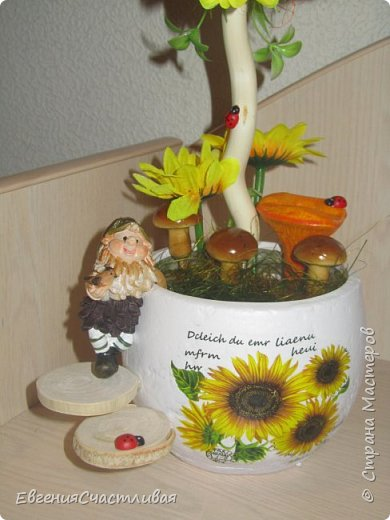 """""""ГНОМ-ПОДСОЛНУХ""""- использованы, сизаль 3 оттенков, искусственные цветы-подсолнух,  искусственные желуди, искусственные грибы, керамическая кашпо, спил оливы, декор металлический фото 2"""