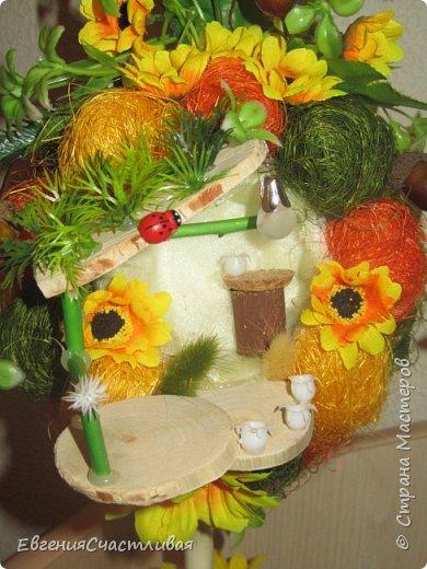 """""""ГНОМ-ПОДСОЛНУХ""""- использованы, сизаль 3 оттенков, искусственные цветы-подсолнух,  искусственные желуди, искусственные грибы, керамическая кашпо, спил оливы, декор металлический фото 3"""
