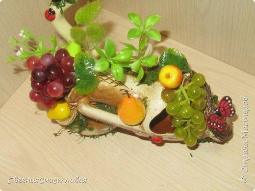 """""""Фруктовый сад"""" -использованы искусственные фрукты- виноград, яблоки нескольких видов и , сахарные ягодки, груша, флор зелень, металлический декор, керамическая подставка, искусственный мох, декор лягушка, б/коровка фото 10"""
