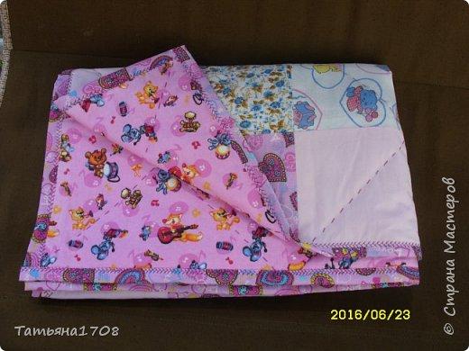 Решила я уже сшить что-то не только для себя. Навела ревизию в своих тканях, и придумалось мне такое девчачье одеялко. фото 5