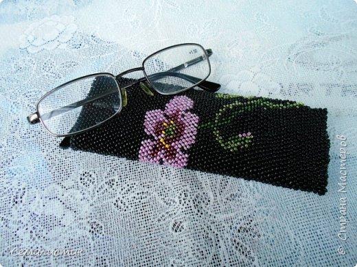 Доброе время, Страна!!!  Сегодня я к вам с новой работой... После того, как связался чехол для фотика, захотелось приукрасить очки.... чехол у них был уж очень не приглядный...Так как очки ношу постоянно в сумке, фон решила сделать чёрный.... Бисер был только китайский, поэтому бусинки разнокалиберные.... фото 1