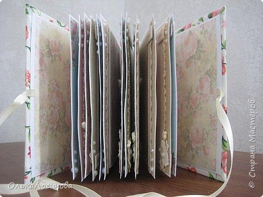 """Всем доброго утра!!!Приглашаю посмотреть на первый мой альбом с переплетом,это первая моя такая работа,ошибки конечно есть,но все учла на будущее.Фомат альбома 16*16,расчитан под фотографии размером 9*13,обложка-пивной картон,обтянут тканью с подложкой из синтепона,для украшения-готовые цветочки,кружево двух видов,картонный чипборд(покрыла лаком),полубусины.Корешок прошит атласной ленточкой(пробила неправильное количество дырочек,исправлять было уже поздно,но выход нашелся).Внутри-бумага от Fleur Design коллекции """"Шебби шик.Базовая"""", """"Воспоминания"""",""""Винтажная история"""",""""Шебби Прованс"""",кружево,полубусины,цветочки,тычинки.Все слова приподняты на пивном картоне,чтобы можно было спокойно вставить фото(надо заказать прозрачные уголки). фото 3"""