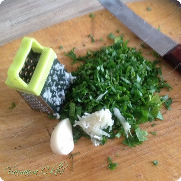 Всем доброго времени суток! Этот рецепт у меня в копилке уже не один год, откуда- уже не помню!))) Покажу вам, как испечь пряные и остренькие баклажанчики, в сладко- масленой заливочке, с зеленью и чесночком за 10 минут. фото 6