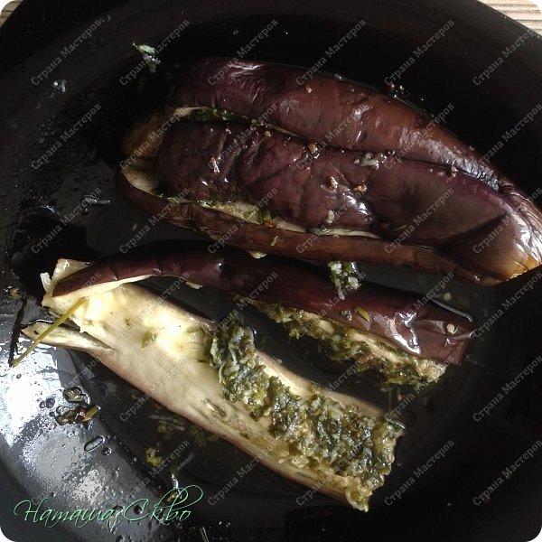 Всем доброго времени суток! Этот рецепт у меня в копилке уже не один год, откуда- уже не помню!))) Покажу вам, как испечь пряные и остренькие баклажанчики, в сладко- масленой заливочке, с зеленью и чесночком за 10 минут. фото 12