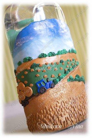 Здравствуйте,дорогие мастерицы и гости сайта! Хочу показать свою новую работу. Бутылка оформленная в подарок на юбилей очень хорошему человеку. Декорированная полимерной глиной. Перед работой долго настраивалась... Искала идеи и вдохновение... Хотелось сделать что-то свое... особенное,... не похожее на других.... Да, и на пути реализации идеи возникало много препятствий. Например, придумать подставку для бутылки,чтоб при работе с одной стороной не деформировалась другая...и многое другое.  И вот что получилось! Так сказать, мини-картина!)))  фото 1