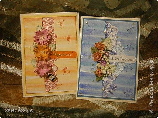 На прошлой недели в Ютубе посмотрела МК-как делать фон с помощью акварельных красок и штампов (https://www.youtube.com/watch?v=IXf3xmxnGQs).Решила попробовать. Вот результат. Сделала сразу 3 штуки в разной цветовой гамме.На двух открытках цветочки самодельные,наверное их сразу видно. Итак,смотрим. фото 15