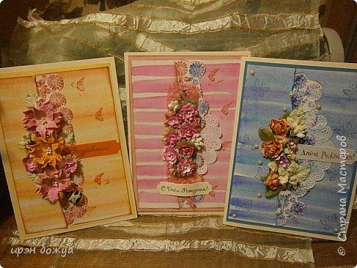 На прошлой недели в Ютубе посмотрела МК-как делать фон с помощью акварельных красок и штампов (https://www.youtube.com/watch?v=IXf3xmxnGQs).Решила попробовать. Вот результат. Сделала сразу 3 штуки в разной цветовой гамме.На двух открытках цветочки самодельные,наверное их сразу видно. Итак,смотрим. фото 1