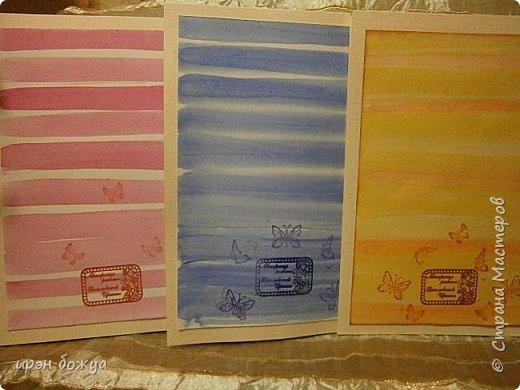 На прошлой недели в Ютубе посмотрела МК-как делать фон с помощью акварельных красок и штампов (https://www.youtube.com/watch?v=IXf3xmxnGQs).Решила попробовать. Вот результат. Сделала сразу 3 штуки в разной цветовой гамме.На двух открытках цветочки самодельные,наверное их сразу видно. Итак,смотрим. фото 27