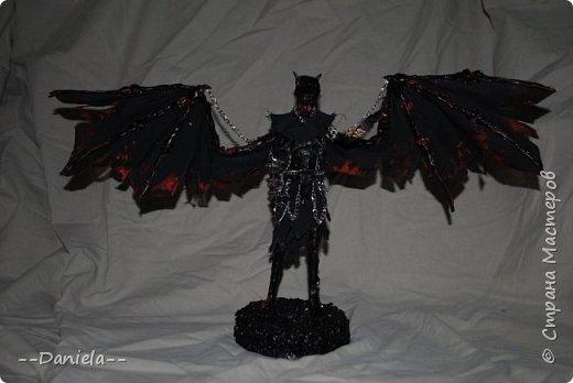 """В январе еще прочитала замечательное произведение Дэна Брауна """"Ангелы и Демоны"""". Еще раньше смотрела фильм, в восторге осталась и от того, и от того. Конечно, конкретно ангелов и конкретно демонов там не было... но идеей я прониклась.  Позже подпитку моя идея получила из фильма """"Бэтмен против Супермена: на заре справедливости"""", кто смотрел, думаю, поймут, что я о картине из кабинета главного антагониста. Чего-то там фраза была """"Но мы-то с вами знаем, что демоны спускаются с небес..."""" Хотя фраза мне как раз не подходит... но не суть.  Еще постоянный просмотр """"Сверхъестестенного"""" меня подкреплял, но это уже мелочи.  Все самое интересное было в начале) Я, зная себя, поняла, что если и потяну эскиз - то только Ангела. Все-таки, как не люблю я всякую жуть, а все белое и пушистое мне, видимо, ближе) Или нет) Но факт тот, что рисовать жуть я не могу, а посему пошла к одному хорошему знакомому, вернее даже сказать, другу, который на жути специализируется.  Идея ему понравилась, но тогда шла подготовка к МХТ ( http://stranamasterov.ru/node/1019476    http://stranamasterov.ru/node/1008987 )  и нам обоим было абсолютно не до ангела с демоном. Но после февральской поездки в Москву и недели """"оклиматизирования"""" в школе я все же взялась за ангела, а мой дорогой соавтор занимался фильтром... Где-то в начале весны все вроде поутихло, началась работа над Ангелом... и над эскизом Демона. Однако, второй процесс шел значии-и-ительно медленнее, чем первый... И вот теперь, в середине лета(!) до меня дополз эскиз Демона! Я до сих пор в шоке, что доделала этих двоих... фото 5"""