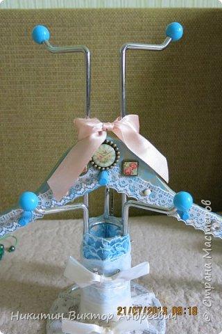 Вот такую подставку для браслетов сделал для своей супруги. Подставка выполнена из подставки под кружки, деревянной вешалки, кружевной ткани, ленточек, деревянных дюбелей и бижутерии. Покрашено голубой и золотой краской.  фото 2