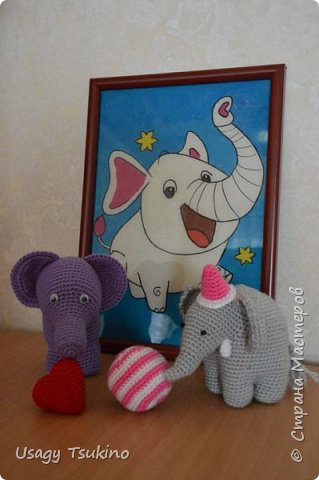 """Добрый вечер, Страна Мастеров! Предложили мне принять участие в благотворительной акции """"Купи слона, спаси ребенку жизнь!"""" Сначала для этой акции малыши делали слоников из соленого теста, рисовали картинки со слонами.  Я же решила, что свяжу пару слоников и сделаю картину из пластина. При чем игрушки я уже вязала, а пластилином не рисовала, но очень хотелось попробовать. Вот, что у меня получилось. фото 1"""