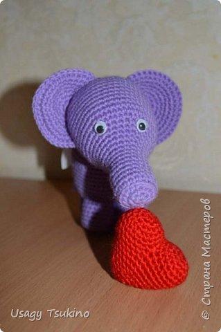 """Добрый вечер, Страна Мастеров! Предложили мне принять участие в благотворительной акции """"Купи слона, спаси ребенку жизнь!"""" Сначала для этой акции малыши делали слоников из соленого теста, рисовали картинки со слонами.  Я же решила, что свяжу пару слоников и сделаю картину из пластина. При чем игрушки я уже вязала, а пластилином не рисовала, но очень хотелось попробовать. Вот, что у меня получилось. фото 3"""