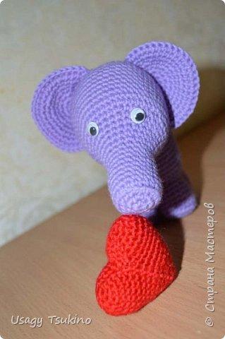 """Добрый вечер, Страна Мастеров! Предложили мне принять участие в благотворительной акции """"Купи слона, спаси ребенку жизнь!"""" Сначала для этой акции малыши делали слоников из соленого теста, рисовали картинки со слонами.  Я же решила, что свяжу пару слоников и сделаю картину из пластина. При чем игрушки я уже вязала, а пластилином не рисовала, но очень хотелось попробовать. Вот, что у меня получилось. фото 6"""