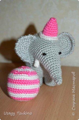 """Добрый вечер, Страна Мастеров! Предложили мне принять участие в благотворительной акции """"Купи слона, спаси ребенку жизнь!"""" Сначала для этой акции малыши делали слоников из соленого теста, рисовали картинки со слонами.  Я же решила, что свяжу пару слоников и сделаю картину из пластина. При чем игрушки я уже вязала, а пластилином не рисовала, но очень хотелось попробовать. Вот, что у меня получилось. фото 9"""