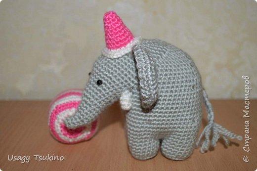 """Добрый вечер, Страна Мастеров! Предложили мне принять участие в благотворительной акции """"Купи слона, спаси ребенку жизнь!"""" Сначала для этой акции малыши делали слоников из соленого теста, рисовали картинки со слонами.  Я же решила, что свяжу пару слоников и сделаю картину из пластина. При чем игрушки я уже вязала, а пластилином не рисовала, но очень хотелось попробовать. Вот, что у меня получилось. фото 10"""