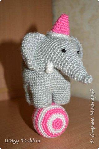 """Добрый вечер, Страна Мастеров! Предложили мне принять участие в благотворительной акции """"Купи слона, спаси ребенку жизнь!"""" Сначала для этой акции малыши делали слоников из соленого теста, рисовали картинки со слонами.  Я же решила, что свяжу пару слоников и сделаю картину из пластина. При чем игрушки я уже вязала, а пластилином не рисовала, но очень хотелось попробовать. Вот, что у меня получилось. фото 11"""