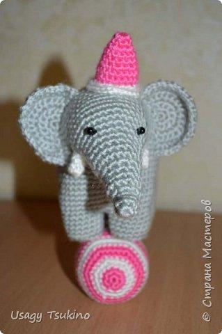 """Добрый вечер, Страна Мастеров! Предложили мне принять участие в благотворительной акции """"Купи слона, спаси ребенку жизнь!"""" Сначала для этой акции малыши делали слоников из соленого теста, рисовали картинки со слонами.  Я же решила, что свяжу пару слоников и сделаю картину из пластина. При чем игрушки я уже вязала, а пластилином не рисовала, но очень хотелось попробовать. Вот, что у меня получилось. фото 12"""