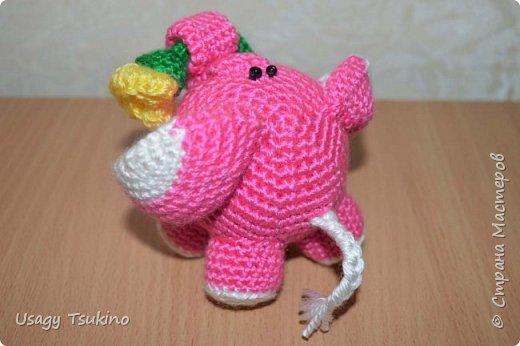 """Добрый вечер, Страна Мастеров! Предложили мне принять участие в благотворительной акции """"Купи слона, спаси ребенку жизнь!"""" Сначала для этой акции малыши делали слоников из соленого теста, рисовали картинки со слонами.  Я же решила, что свяжу пару слоников и сделаю картину из пластина. При чем игрушки я уже вязала, а пластилином не рисовала, но очень хотелось попробовать. Вот, что у меня получилось. фото 22"""