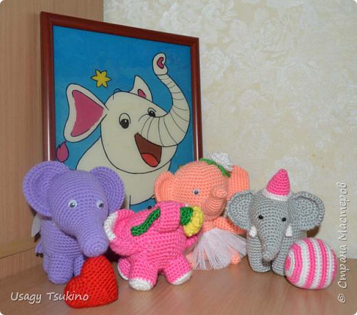 """Добрый вечер, Страна Мастеров! Предложили мне принять участие в благотворительной акции """"Купи слона, спаси ребенку жизнь!"""" Сначала для этой акции малыши делали слоников из соленого теста, рисовали картинки со слонами.  Я же решила, что свяжу пару слоников и сделаю картину из пластина. При чем игрушки я уже вязала, а пластилином не рисовала, но очень хотелось попробовать. Вот, что у меня получилось. фото 25"""