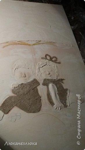 Доброе время суток ,друзья ! Что-то давненько у меня ничего не создавалось ,не лепилось ,не клеилось:-)...Но вот делали в садике в раздевалке группы небольшой ремонт и мне было поручено сделать на стену картину с детками...Я сразу предупредила ,что чего -то шедеврального и потрясающего я в принципе сделать не могу ...не хватит мне не умения ,ни  навыков , ни мастерства ...но несмотря на это,,мне доверили эту грандиозную:-) работу. Сразу оговорюсь ,что я показываю только то ,что делала я ,а во второй части покажу ,только чуть попозже ,как ее разрисовали ,но это сделала другая мама (нянечка нашей группы ,она очень классно рисует  и любезно согласилась дорисовать мои начинания ). Почему ,я ее сама не разрисовала ? Потому-что размер у нее 1.20 на 2.50 ,я ее лепила дома,положив на пол в горизонтальном положении несколько дней .И просто волновалась ,что если я ее полностью раскрашу ,то когда ее будут на стену прикручивать обязательно в тех местах покраска потрескается...По-этому было решено фон красить на месте ,тоесть на стене. фото 4