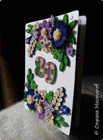 """Открытка с карманчиком для денег. Основа-плотный картон с тиснением """"бабочки"""", картон фиолетового и синего цветов. Украшена цветам, листиками в технике квиллинг. В фиолетово-сине-бежевой цветовой гамме. Открытка подарена мужчине на 80-ти летний юбилей. Цифра 80 также в технике квиллинг.  фото 3"""