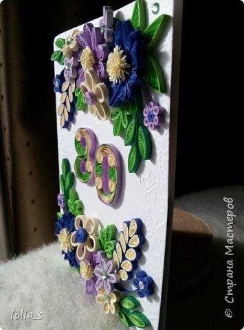 """Открытка с карманчиком для денег. Основа-плотный картон с тиснением """"бабочки"""", картон фиолетового и синего цветов. Украшена цветам, листиками в технике квиллинг. В фиолетово-сине-бежевой цветовой гамме. Открытка подарена мужчине на 80-ти летний юбилей. Цифра 80 также в технике квиллинг.  фото 2"""