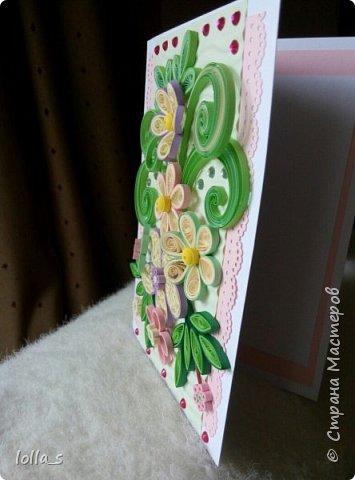 Открытка поздравительная. Основа-картон белого, розового и нежного зеленого цвета. Оформлена цветами, листиками и завитками в технике квиллинг. Украшена стразиками розового и зеленого цвета. Внутри есть место для поздравления. Размер открытки 15х10.5 см. фото 3