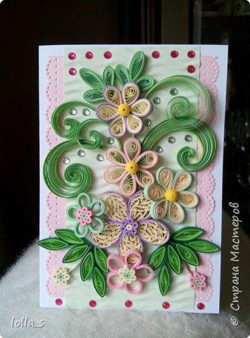 Открытка поздравительная. Основа-картон белого, розового и нежного зеленого цвета. Оформлена цветами, листиками и завитками в технике квиллинг. Украшена стразиками розового и зеленого цвета. Внутри есть место для поздравления. Размер открытки 15х10.5 см.