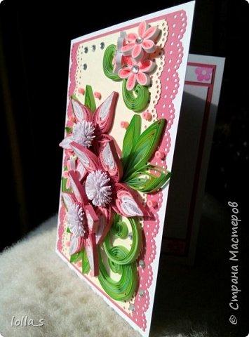 Открытка поздравительная. Основа-картон белого, насыщенного розового и нежного молочного цвета. Оформлена цветами, листиками и завитками в технике квиллинг. Украшена стразиками. Внутри есть место для поздравления. Размер открытки 15х10.5 см. фото 3