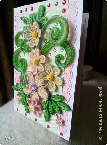 Открытка поздравительная. Основа-картон белого, розового и нежного зеленого цвета. Оформлена цветами, листиками и завитками в технике квиллинг. Украшена стразиками розового и зеленого цвета. Внутри есть место для поздравления. Размер открытки 15х10.5 см. фото 2