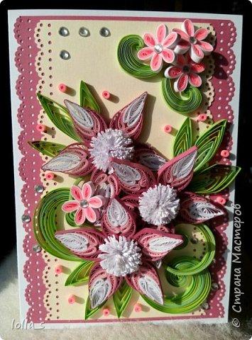 Открытка поздравительная. Основа-картон белого, насыщенного розового и нежного молочного цвета. Оформлена цветами, листиками и завитками в технике квиллинг. Украшена стразиками. Внутри есть место для поздравления. Размер открытки 15х10.5 см. фото 1