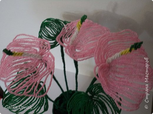 Это мой первый цветок из бисера.Все свои работы я выполняю по мастер-классам из Интернета. Благодарю мастеров за их труд. Высота цветка - 30 см, в диаметре -22см фото 3