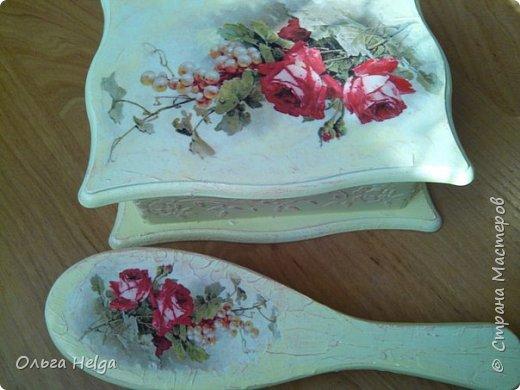 Доброго всем дня. Хочу показать сегодня комплект шкатулочку и расческу, заказали в подарок. Шкатулка мдф, сделан декупаж распечаткой, на боковинках и вокруг рисунка немного узора текстурной пастой. Картинка - прекрасные розы Catharina Klein. фото 1